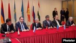 Пресс-конференция, прошедшая после 11-го заседания межгосударственной комиссии по военно-экономическому сотрудничеству ОДКБ, Георгий Каламанов – второй слева, Ереван, 3 октября 2013 г.