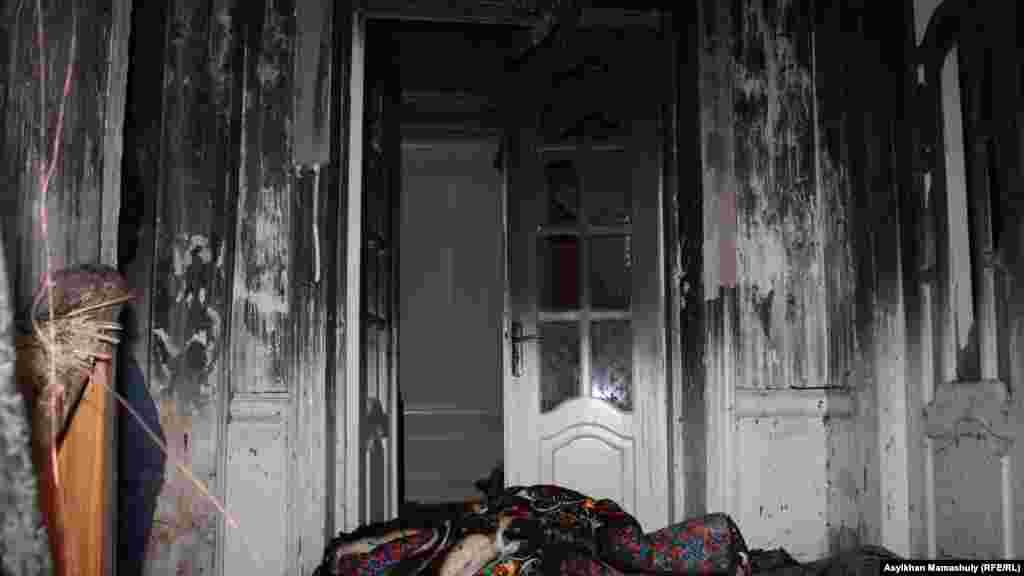 Внутри горевшего дома Адильжана Хасанова.