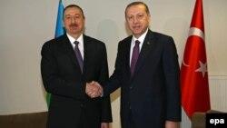 Ильхам Алиев (слева) и Реджеп Эрдоган (архив)