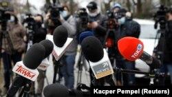 Lengyel médiumok mikrofonjai egy varsói sajtótájékoztatón, 2021. március 1-én.