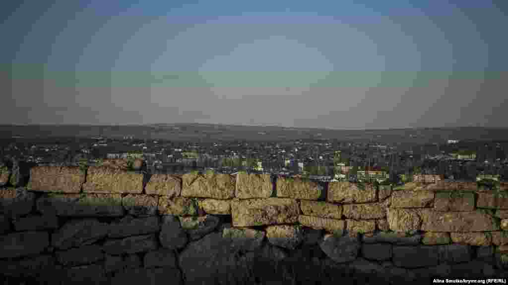 Центром міста була гора, пізніше названа Митридатовою. На її вершині був розташований акрополь з одним з найбільших у Причорномор'ї храмів Аполлона, на схилах жили багаті городяни, підніжжя заселяли бідняки