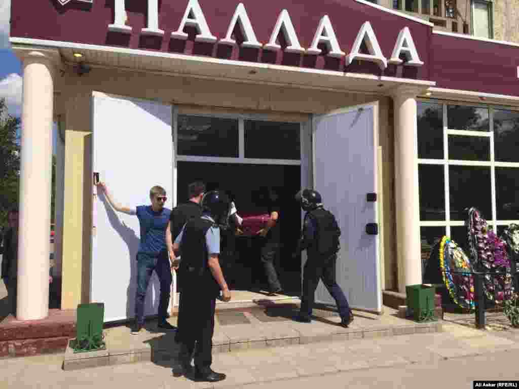 """Продавец оружейного магазина """"Паллада"""" Андрей Максименко был убит 5 июня на своем рабочем месте."""