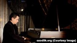 Абдулазиз Карим является не только певцом, но и профессиональным композитором.