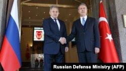 سرگئی شویگو، وزیر دفاع روسیه (سمت چپ) با همتای ترک خود، خلوصی آکار، در آنکارا. ۲۱ بهمن ۹۷