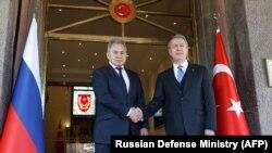Главы Минобороны Турции и России Хулуси Акар (справа) и Сергей Шойгу