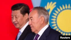 Президент Китая Си Цзиньпин (слева) и президент Казахстана Нурсултан Назарбаев (справа). Астана, 7 сентября 2013 года.