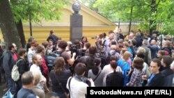 Оппозиционная прогулка с поэтами и чтения у памятника Осипу Мандельштаму