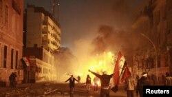 Демонстранттар Египеттин Ички иштер министрлигинин алдында анти-өкмөттүк ураандарды кыйкырышууда. Каир. 2-февраль 2012