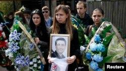 Похорони Володимира Рибака (на портреті). Горлівка, 24 квітня 2014 року