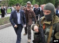 Денис Пушилын у супроводі озброєних прихильників ДНР, Донецьк, 13 травня 2014 року