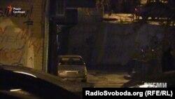 Автомобіль ВАЗ 21140, який кілька годин простояв під вікнами журналістки Олени Притули. Власниця авто каже, що її чоловік «таксує» й, очевидно, когось чекав