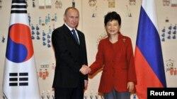 Пак Кын Хе (оңдо) менен Владимир Путин, 13-ноябрь, 2013