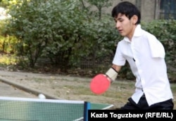 Азамат Оразбек на соревнованиях по настольному теннису. Алматы, 24 сентября 2011 года.