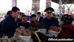 Директор базара в Даштабаде Нуман Эгамбердиев (второй слева). Фото взято с сайта пресс-службы администрации Зааминского района.
