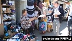 Раздача ўлётак на рынку ў Берасьці