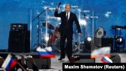 Vladimir Putin Aqyardaki mitingte çıqış yapa, 2018 senesi mayısnıñ 14-dü