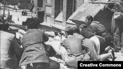 Республиканская милиция защищает свои позиции в одном из районов Мадрида. 30 июля 1936 года
