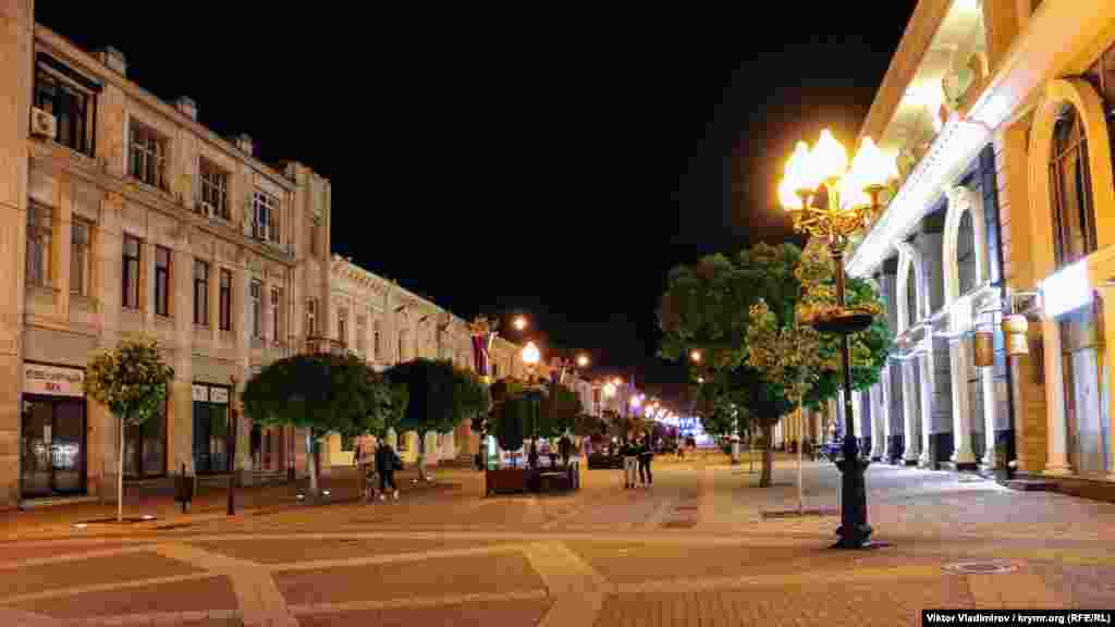 Сімферополь у вечірній час стає тихим і майже безлюдним. Виняток – центр міста