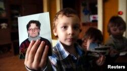 Один із синів Світлани Давидової Артур із фотографією мами, Вязьма, 30 січня 2015 року