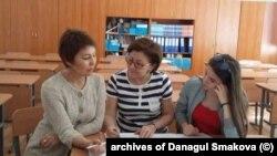 Эксперт по вопросам образования, учитель Данагуль Смакова (слева). Астана, июнь 2018 года.