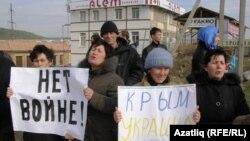 Крымские татары на акции протеста против референдума о статусе полуострова. Бахчисарай, 7 марта 2014 года.