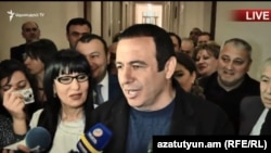 Гагик Царукян беседует с журналистами в парламенте, Ереван, 1 мая 2018 г.
