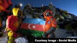 Мурад Ашурлы с азербайджанским флагом на вершине Эвереста. 2013