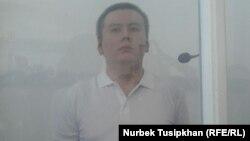 Жанболат Мамай өзіне шыққан тыңдап тұр. Алматы, 7 қыркүйек 2017 жыл.