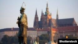 Чехия президенти ўз меҳмонларини тепаликда жойлашган қадимий Прага қасрида қабул қилади.