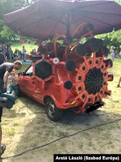 Ezt az autót hangfallá alakították át.