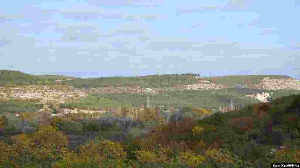 Від церкви відкривається чудовий краєвид на Бельбецьку долину