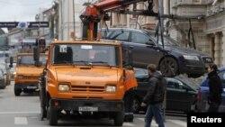Эвакуация автомобилей и их содержание на штраф-стоянке станут платными (На фото: эвакуация автомобиля, припаркованного на пешеходном переходе)
