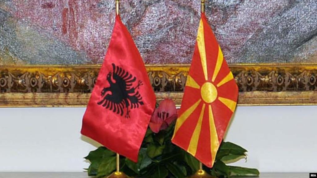 Flamuri maqedonas dhe ai shqiptar.
