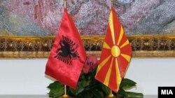 Flamuri shqiptar(majtas) dhe ai maqedonas (djathtas)