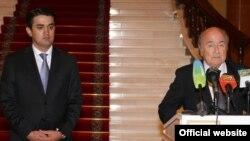 Тәжікстан президентінің ұлы Рустам Эмомали (сол жақта) және халықаралық футбол федерациясы (FIFA) президенті Зепп Блаттер. Душанбе, 25 наурыз 2014 жыл.