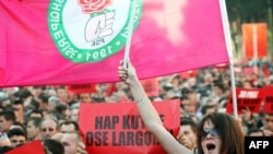 Pamje nga protestat e Partisë Socialiste në Tiranë, më 30 prill, 2010.