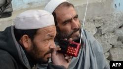 Афганцы слушают радиопередачу экстремистской группировки «Исламское государство» (ИГ). Джелалабад, 22 декабря 2015 года.