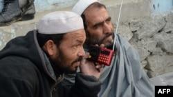 Афганские мужчины слушают передачи радиостанции «Голос халифата» в афганском Джалал-Абаде. 22 декабря 2015 года.