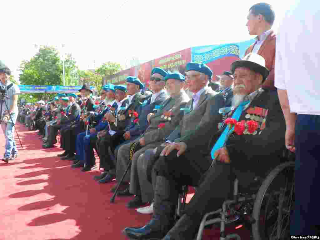 У Мемориала Славы в парке имени Абая присутствовали также ветераны войны и официальные лица.