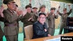 رهبر کره شمالی در میان جمعی از فرماندهان آن کشور