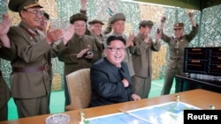 Лідер КНДР Кім Чен Ин та військові радіють запуску балістичної ракети Hwasong-10 (ілюстративне фото)