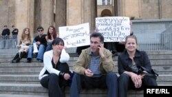 Грузинские адвокаты с лозунгами перед зданием парламента