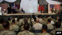 Вайскоўцы арміі ЗША слухаюць выступ Барака Абамы ў Кабуле, 4 ліпеня 2013