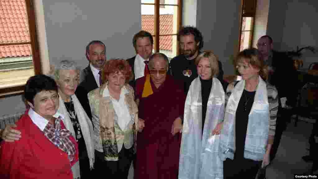 Чехияның адам құқтары бойынша министрі Жәмилә Стехликова Тибеттің рухани жетекшісі Далай Ламамен бірге - Kazakhstan/Czech Republic- Former Minister On Human Rights Of Minority Groups Zhamila Stehlikova With Dalai Lama