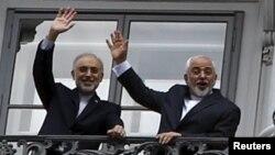 Министр иностранных дел Ирана Мохаммад Джавад Зариф (справа) и глава организации по атомной энергии Ирана Али Акбар Салехи стоят на балкона отеля Palais Coburg, где проходят переговоры по ядерной программе Тегерана. Вена, 10 июля 2015 года.