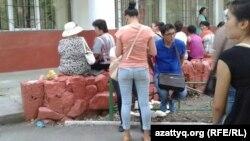 Жатақхана алдында жүрген студенттер мен ата-аналар. Алматы, 29 тамыз 2013 жыл. (Көрнекі сурет)
