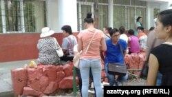 Студенты и их родители в ожидании заселения в общежитие. Алматы, 29 августа 2013 года.