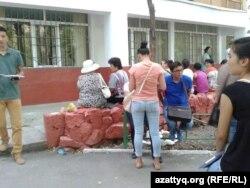 Жатақхана алу үшін кезекте тұрған студенттер мен ата-аналар. Алматы, 29 тамыз 2013 жыл. (Көрнекі сурет)