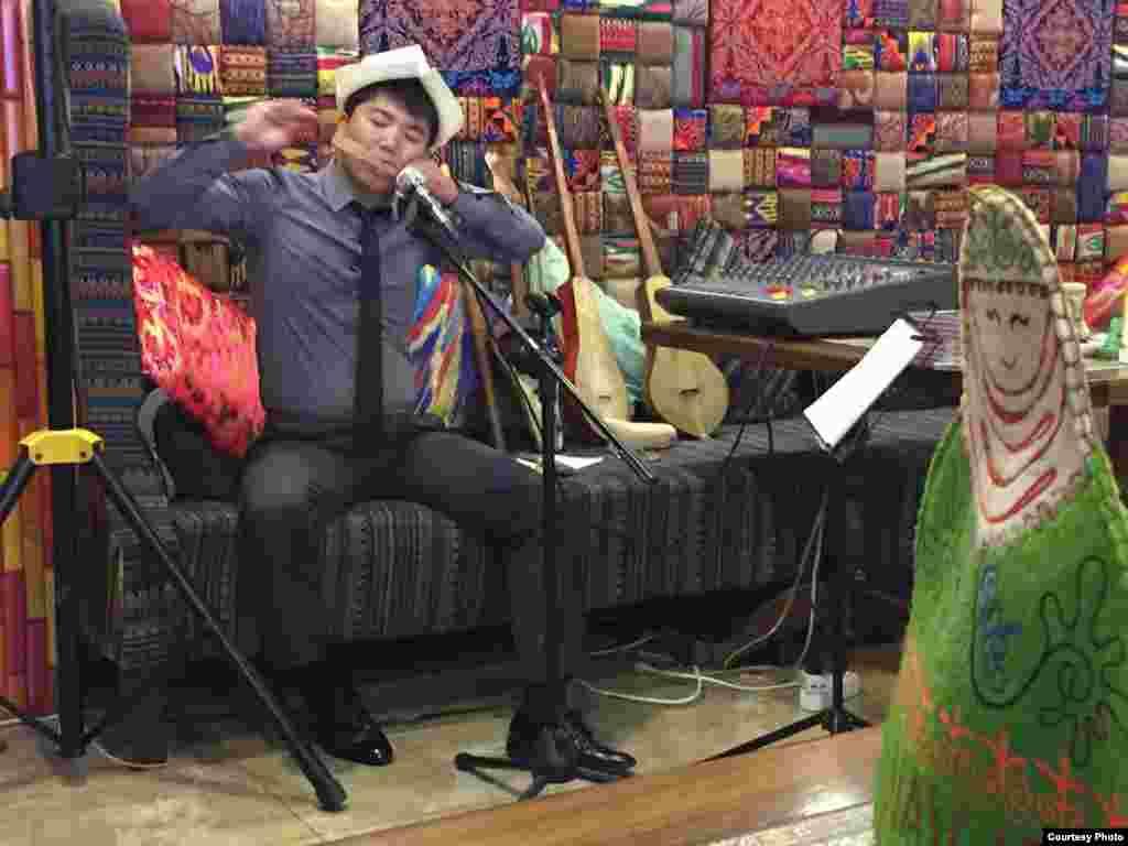 """""""Искусство"""". Сүрөт Бишкектеги """"Нават"""" кафесинде сентябрь айында тартылган. Автору Бегимай Сатаева."""