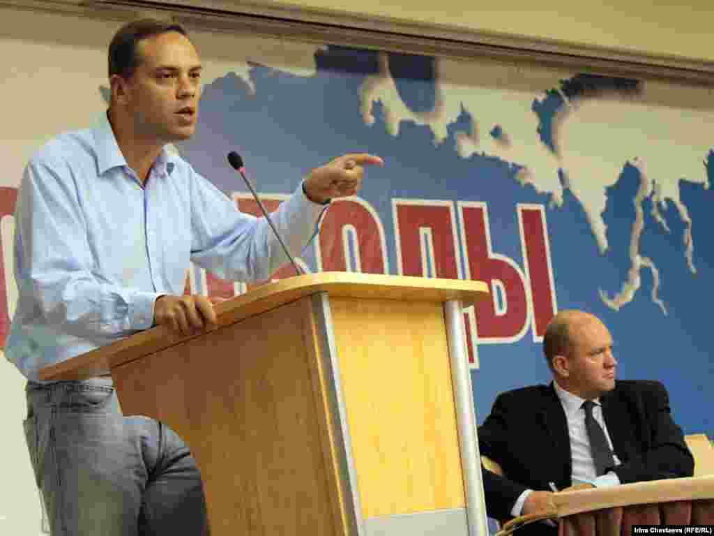 Сопредседатель ПАРНАСа Владимир Милов (слева).